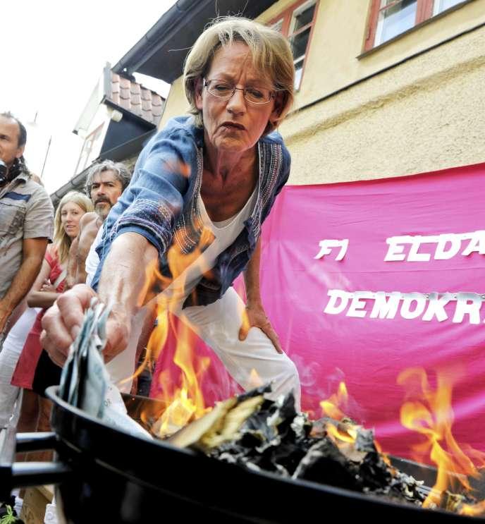 Un parti féministe suédois a brûlé mardi 100 000 couronnes en billets de banque, soit 10 385 euros, pour dénoncer les discriminations salariales entre hommes et femmes.