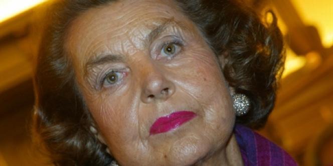 Liliane Bettencourt, fille du fondateur du géant des cosmétiques L'Oréal, pose, le 20 novembre 2002 à Paris.