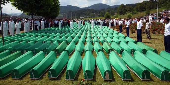 Le massacre de Srebrenica en juillet 1995 est considéré comme le pire commis en Europe depuis la fin de la seconde guerre mondiale et a été qualifié de génocide par le Tribunal pénal international pour l'ex-Yougoslavie (TPIY) et la Cour internationale de justice à plusieurs reprises. Il est commémoré chaque année le 11 juillet – ici en 2010.