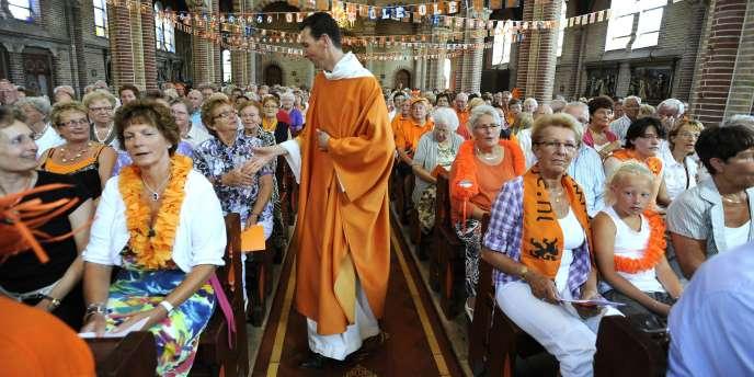 Une messe est célébrée à Obdam, dimanche aux Pays-Bas... aux couleurs de l'équipe nationale.