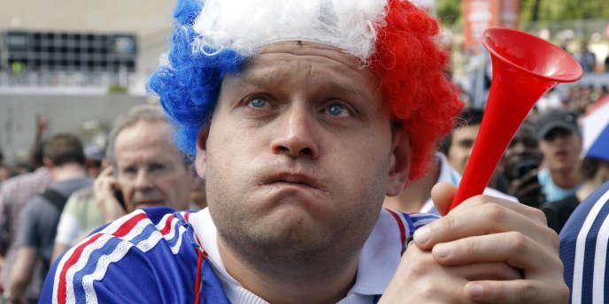 Un supporter français déçu par son équipe, le 22 juin à Paris.
