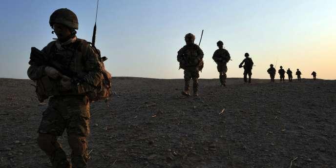 Des soldats du 1er bataillon The Royal Gurkha Rifles accompagnés de l'armée nationale afghane le 23 juin 2010.