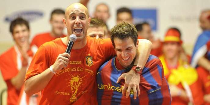 Cesc Fabregas, ici avec Pepe Reina et un maillot du Barça, lors des célébrations du titre de champion du monde des Espagnols, en juillet  2010.