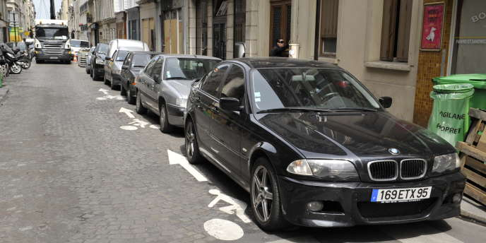 Une voie à double sens cyclable dans les rues de Paris.