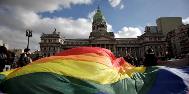 L'Argentine, premier pays d'Amérique latine à légaliser le mariage homosexuel, vient de voter une loi permettant aux transsexuels et travestis de choisir librement leur genre.