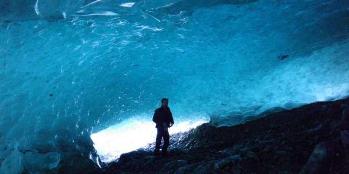 Un géologue en prélèvement sous le glacier des Bossons.