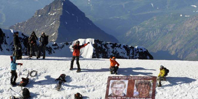 Les portraits des journalistes de France 3, otages en Afghanistan, ont été hissés en haut du mont Blanc, vendredi 16 juillet.