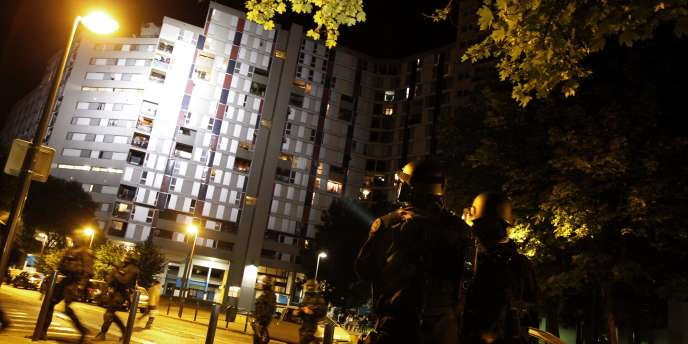 Des forces de l'ordre patrouillent dans le quartier de la Villeneuve, à Grenoble, dans la nuit du 19 juillet 2010.
