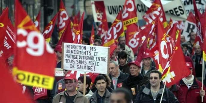 Des employés de Nexans, Boch et General Motors manifestant en 2009 contre les suppressions d'emploi à répétition dans le secteur industriel.