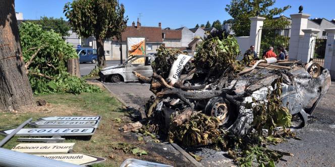 Des voitures calcinées devant la gendarmerie de Saint-Aignan (Loir-et-Cher), le 18 juillet 2010. Ce fait divers avait enclenché le virage sécuritaire pris par le gouvernement à l'été.