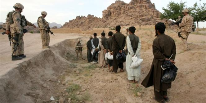 A Kandahar, le 8 mai 2006, des soldats canadiens surveillent des prisonniers suspectés d'être des talibans.