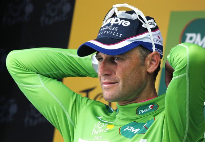 L'Italien Alessandro Petacchi avec le maillot vert après la 13e étape du Tour de France, en 2010.