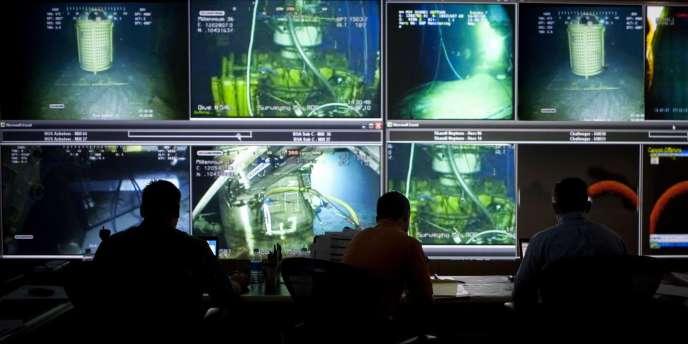 Cette photo de la salle de surveillance des opérations sous-marines a été retouchée par BP afin de modifier les images de trois écrans de contrôle.