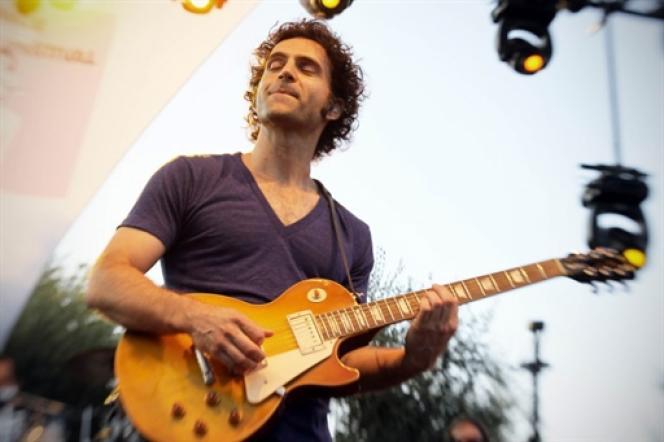 Dweezil Zappa sur la scène du Nice Jazz Festival le 19 juillet.