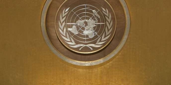 Le logo de l'ONU lors d'une réunion générale en juillet 2010.