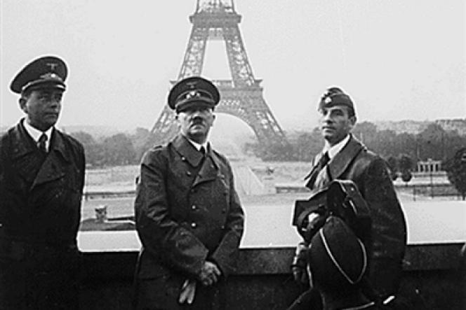 Adolf Hitler, le 23 juin 1940 devant la Tour Eiffel à Paris. Il est entouré de l'architecte Albert Speer et du sculpteur Arno Breker.