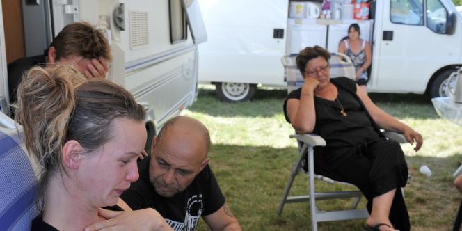 Les proches de Luigi Duquenet pleurent sa mort, le 19 juillet 2010 à Saint-Aignan.