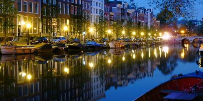 Amsterdam compte 2 500 entreprises étrangères, dont 400 à 450 sièges sociaux. Parmi lesquelles, 77 sociétés françaises (zone des canaux concentriques du XVIIe siècle à l'intérieur du ingelgracht à Amsterdam.