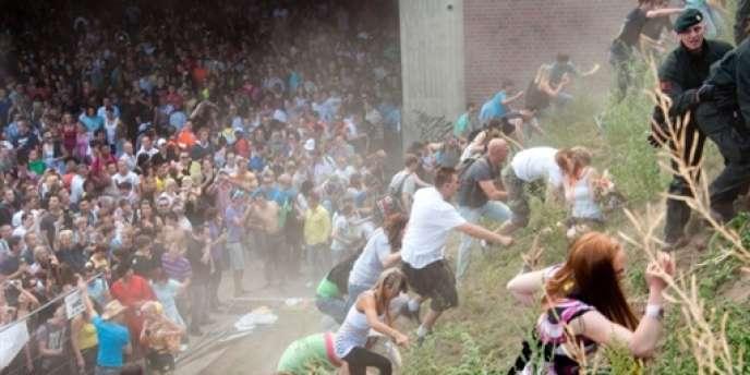 Des participants à la Love Parade tentent de s'extraire des abords du tunnel.