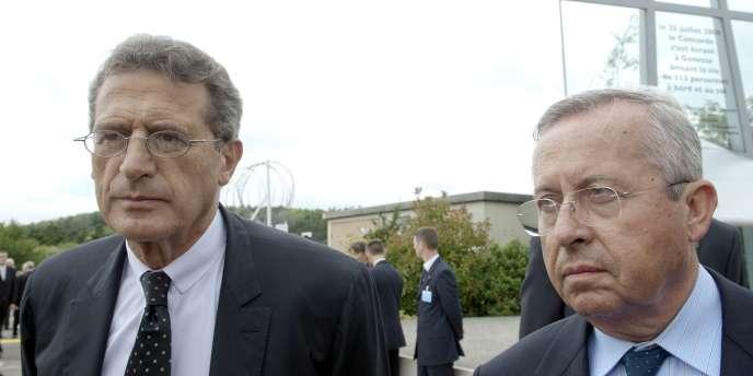 Jean-Cyril Spinetta et Pierre-Henri Gourgeon lors de la cérémonie d'hommage aux victimes du crash du Concorde, le 25 juillet 2010, dix ans après la catastrophe qui a fait 113 morts.