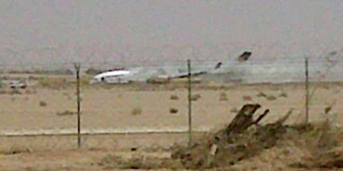 Une photo prise d'un téléphone portable de la carcasse de l'avion cargo.