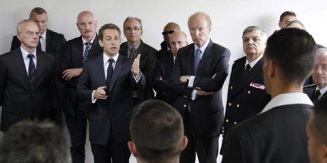 Nicolas Sarkozy, Brice Hortefeux et Christian Lambert, l'ancien chef du RAID devenu préfet de Seine-Saint-Denis, à Tremblay-en-France le 20 avril 2010.