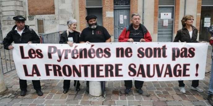 Des opposants à la réintroduction des ours dans les Pyrénées devant la préfecture de région à Toulouse, le 26 juillet 2010.