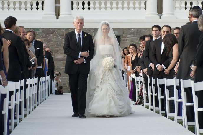 L'ancien président américain Bill Clinton au côté de sa fille Chelsea, samedi 31 juillet 2010.