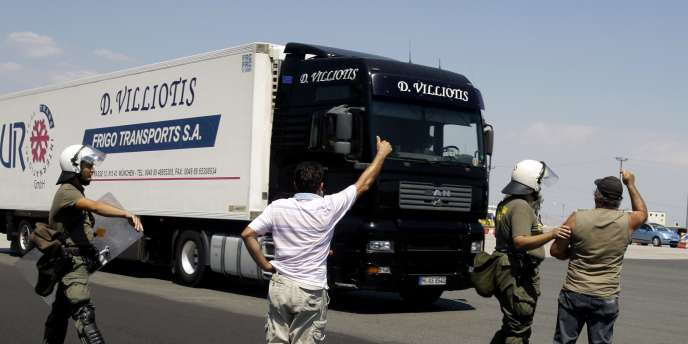 Pour faire approvisionner les stations-service en carburant, le gouvernement a eu recours à des camions de l'armée.