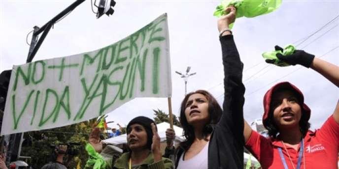 Manifestation de soutien au président équatorien, Rafael Correa, et contre l'exploitation du pétrole dans le parc amazonien Yasuni, le 16 janvier 2010.