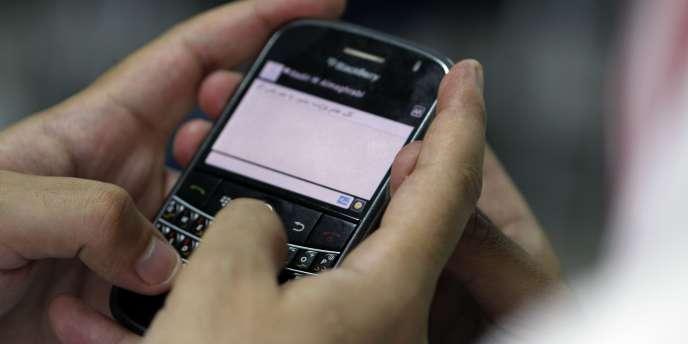 Un homme utilise son BlackBerry à Jeddah, en Arabie saoudite, le 3 août.