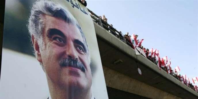 Rafic Hariri a été assassiné en février 2005 à Beyrouth – ici un portrait géant de M. Hariri déployé à l'occasion du premier anniversaire de sa mort, le 14 février 2006.