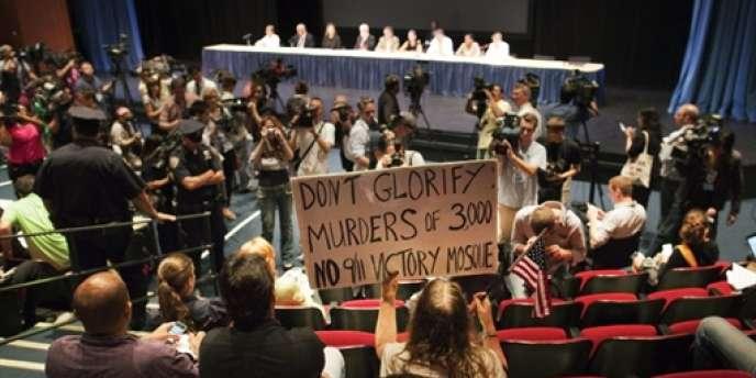 Les opposants au projet ont manifesté lors de la délibération de la commission municipale, mardi 3 août.
