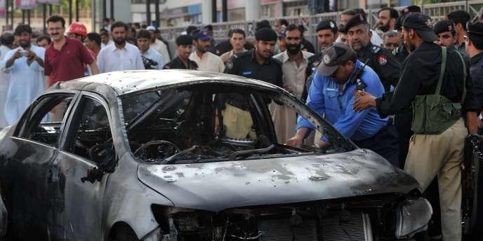 Les restes de la voiture du commandant de police Sifwat Ghayoor, tué lors d'un attentat suicide à Peshawar, le 4 août 2010.
