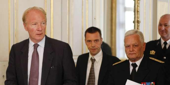 Brice Hortefeux et le préfet de l'Isère, Eric Le Douaron, jeudi 5 août à Grenoble.
