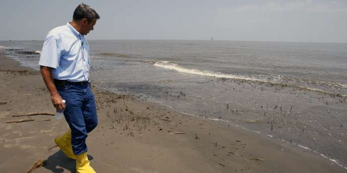 Selon l'Agence océanique et atmosphérique américaine, 26 % du pétrole échappé du puits seraient encore présents dans l'océan ou auraient échoué sur les côtes.