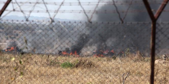 De la fumée s'échappait de morceaux de pneus brûlés sur la piste de l'aéroport d'Harare, au Zimbabwe, où un accident d'avion était annoncé jeudi 5 août.