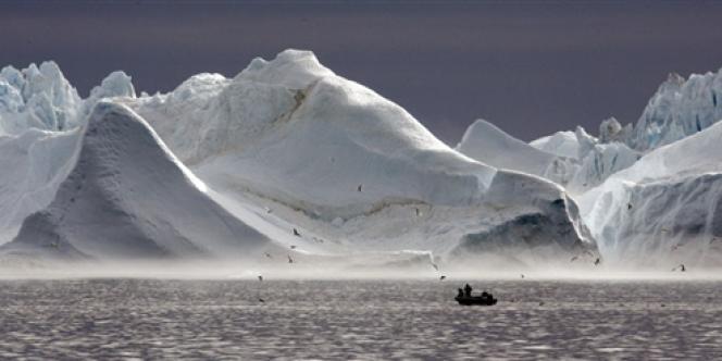 Des icebergs, le long d'un fjord aux abords d'Ilulissat, au Groenland.