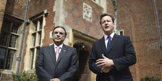 David Cameron et le président pakistanais, Asif Ali Zardari, lors d'une visite à la résidence d'été officielle du premier ministre britannique, dans le sud de l'Angleterre, le 6 août.