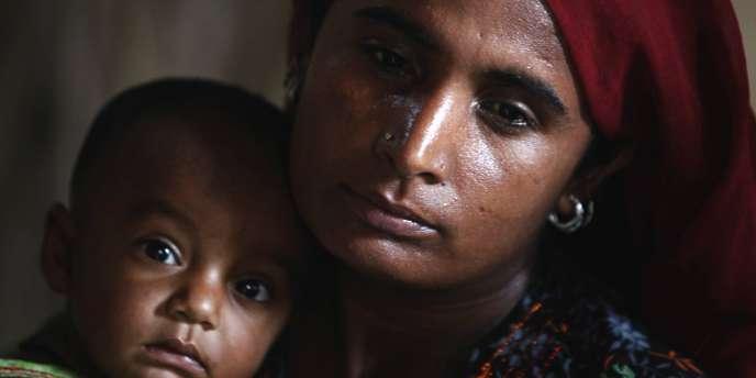 Une femme et son bébé dans un camp de réfugiés au Pakistan