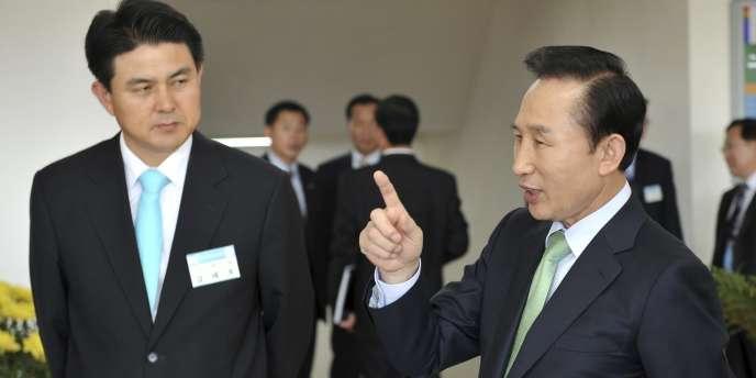 Le président coréen Lee Myung--Bak (à droite) et son nouveau premier ministre Kim Tae-Ho à Séoul, fin 2008.