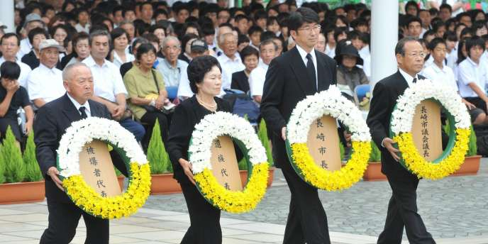 Le maire de Nagasaki (deuxième en partant de la droite) et des représentants des victimes commémorent les 65 ans du bombardement de Nagasaki.