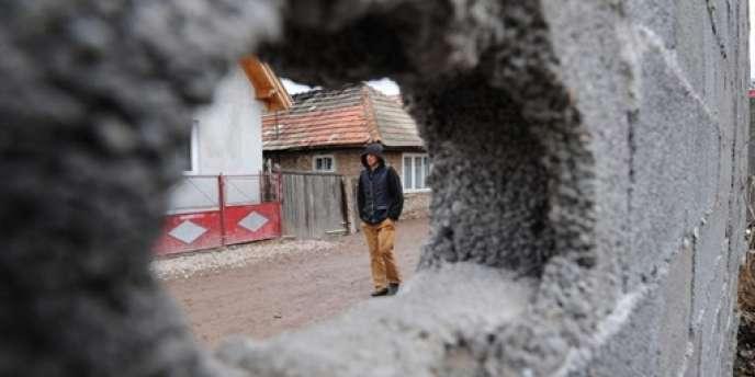 Selon les associations, le suivi socio-éducatif des jeunes Roms reste compliqué.