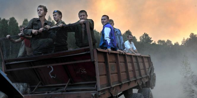 Des volontaires russes en route pour aller lutter contre des incendies, dans la région de Sarov.