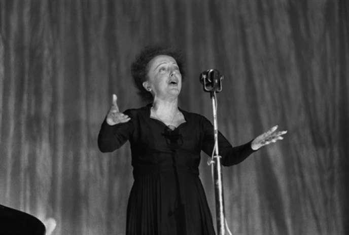 Edith Piaf sur la scène de l'Olympia, le 30 décembre 1960.
