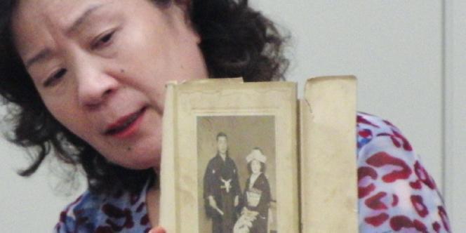 Une Japonaise montre la photo de mariage de sa belle-mère, âgée de 102 ans, qui a disparu.