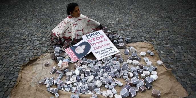 Une femme manifeste contre la condamnation à mort par lapidation de l'Iranienne Sakineh Mohammadi Ashtiani, le 13 août 2010 à Berlin.