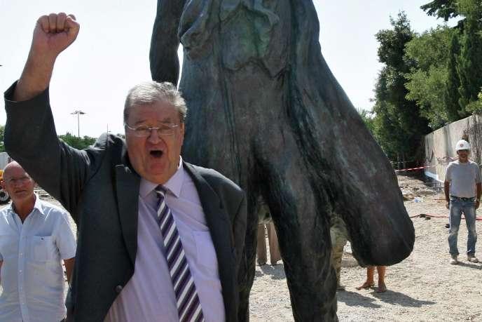 Georges Frêche pose devant la statue de Lénine lors de son inauguration.