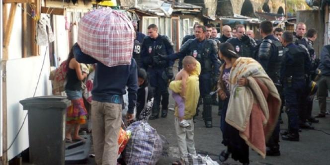 Des Roms sont évacués par des CRS, le 6 juillet 2010 au campement du Hanul, à Saint-Denis.