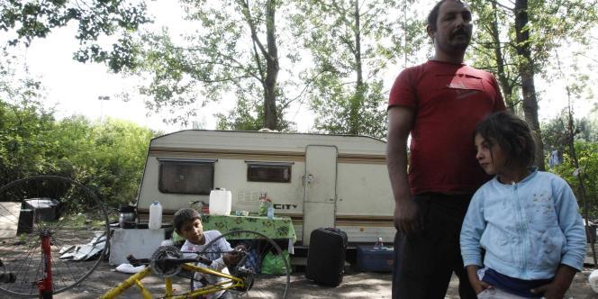 Une famille rom qui a accepté l'aide au retour, à Lesquin, près de Lille, le 9 août.